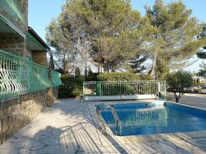 La piscine privée dans un écrin de verdure